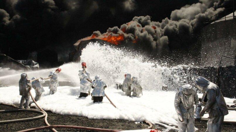 Тушение пожара на нефтебазе под Киевом, 2015