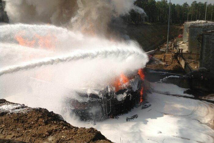 Тушение резервура пожарным пенообразователем AFFF
